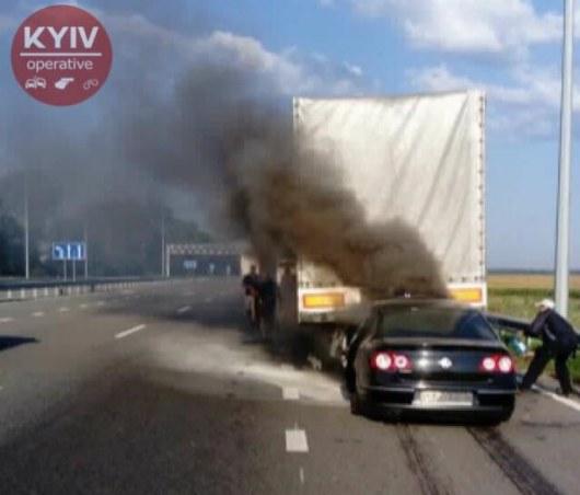 Под Киевом легковушка врезалась втягач, шофёр сгорел вмашине